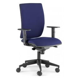 Silla de oficina pop syncro, brazos regulables 1d y asiento regulable en altura.