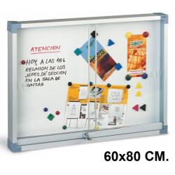 Vitrina de anuncios con fondo metálico blanco y marco de aluminio faibo en formato 60x80 cm.