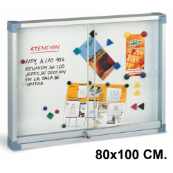 Vitrina de anuncios con fondo metálico blanco y marco de aluminio faibo en formato 80x100 cm.