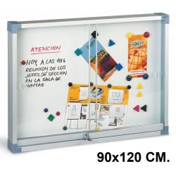 Vitrina de anuncios con fondo metálico blanco y marco de aluminio faibo en formato 90x120 cm.