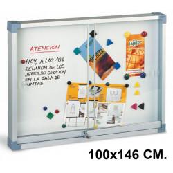 Vitrina de anuncios con fondo metálico blanco y marco de aluminio faibo en formato 100x146 cm.
