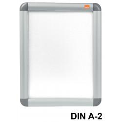 Porta pósters de pared nobo clipdown en formato din a-2, color plata.