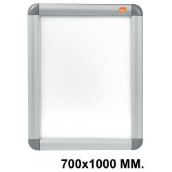 Porta pósters de pared nobo clipdown en formato 700x1000, color plata.