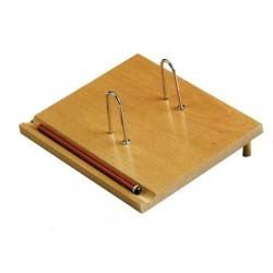 Soporte para calendario de sobremesa faibo con 2 anillas metálicas en madera de color roble.